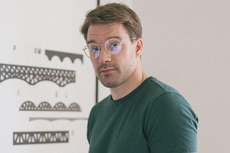 Mężczyzna w okularach progresywnych