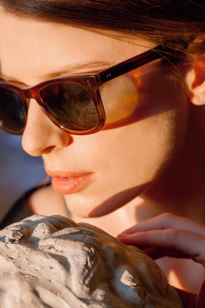 kobieta w okularach fotochromowych