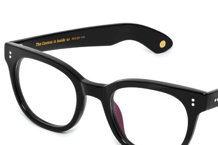 Cyfry znajdujące się na zauszniku okularów